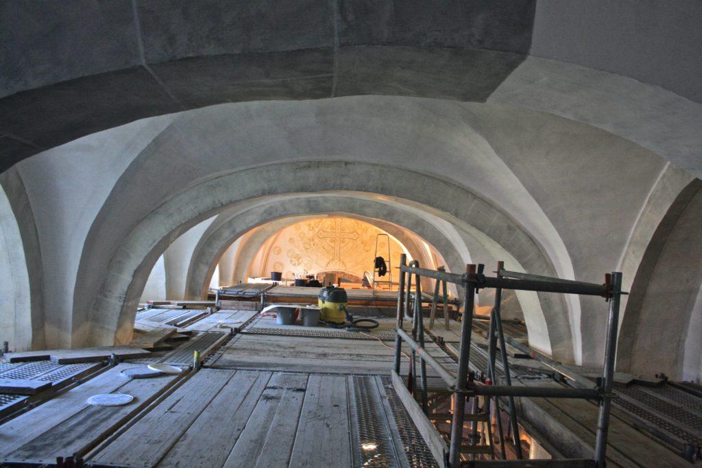 Blick durch das Gewölbe auf das Wandbild